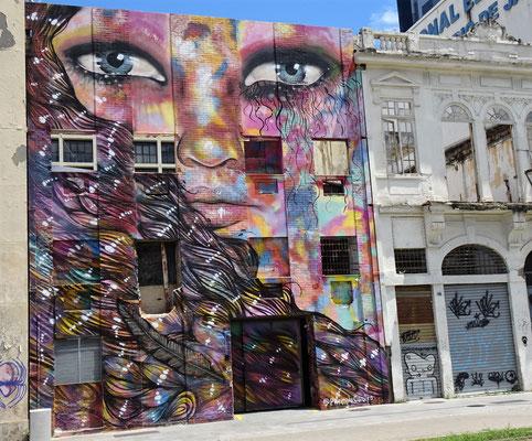 ......gibt es riesige Wandbilder.....