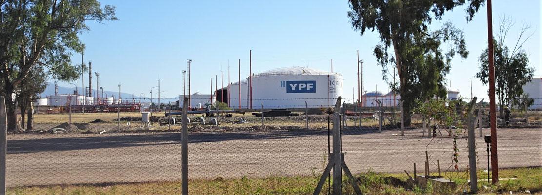 Die grosse Raffinerie in Mendoza.