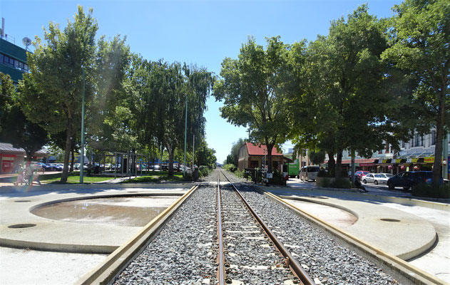 Das einspurige Gleis mitten durch die Stadt.