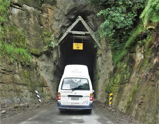 ....durch diesen schmalen Tunnel....