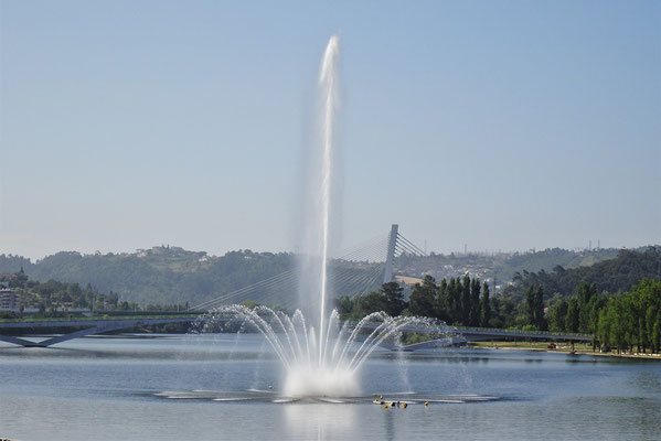 Springbrunnen im Fluss.