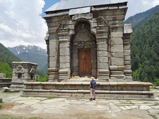 Der Naranagh Tempel aus..
