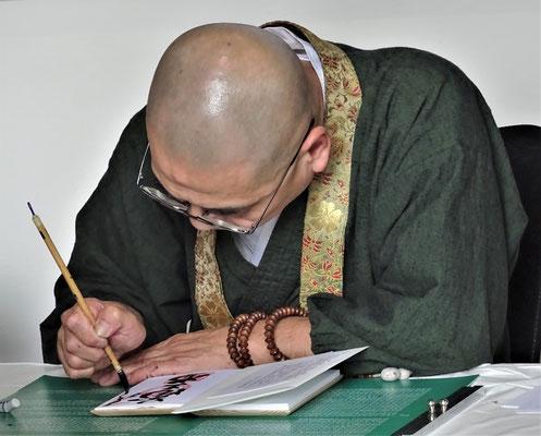 Mönche bei der Kalligrafi.