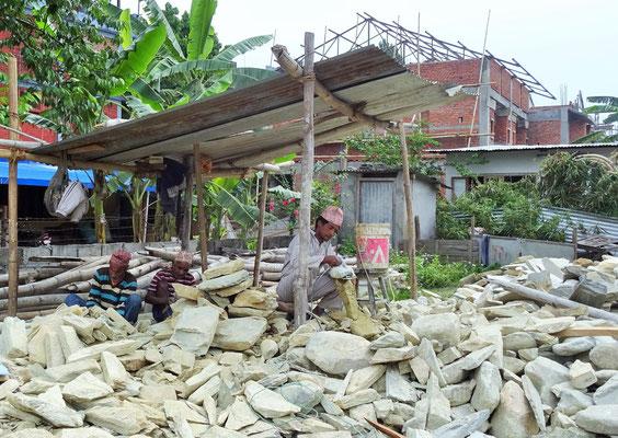 Die Steineklopfer für die neue Fassade