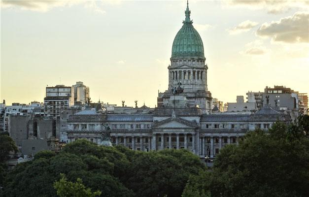 ......und das Kongress Gebäude.