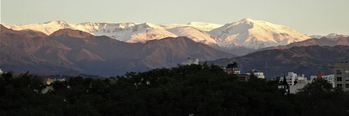 ......in die schneebedeckten Berge.....