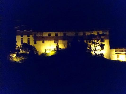 ...beleuchteten Dzong.