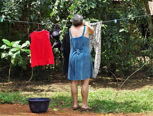 Während Colette die Wäsche aufhängt...