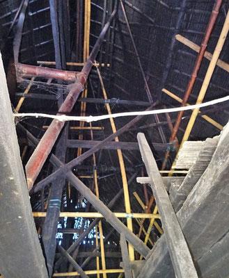 Die mächtige Dachkonstruktion aus Bambus