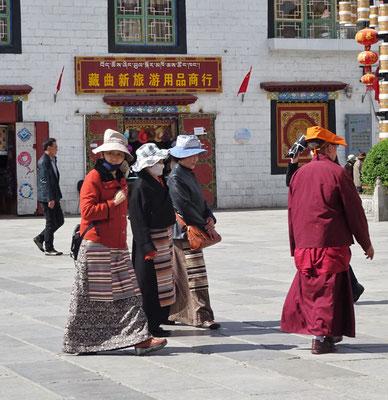 Pilger bei der Umkreisung des Kloster