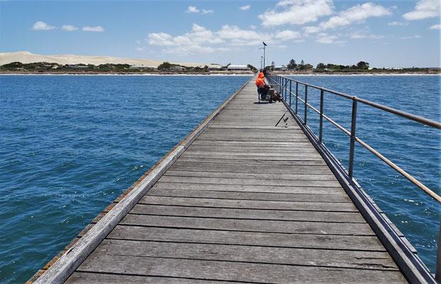 Der lange Pier mit dem einsamen Fischer.