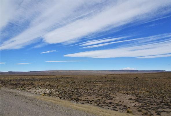 Steppenlandschaft mit kargen Hügel.