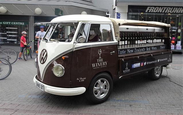 .....in dieser speziellen Weinbar mit dem alten VW.