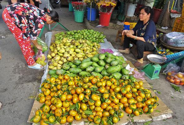 Mandarinen und verschiedene Mangosorten.