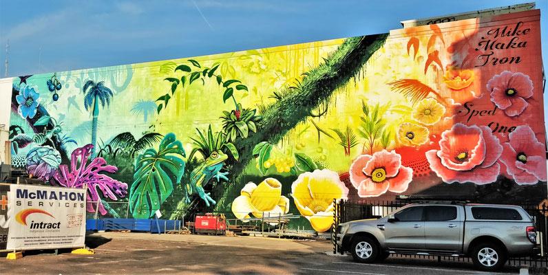 Riesiges Wandgemälde im Zentrum.