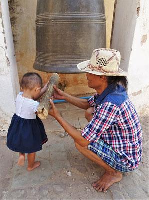 Auch die Kleine darf auf den Gong schlagen.