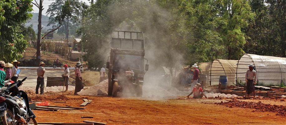 Strassenbau in Handarbeit und....