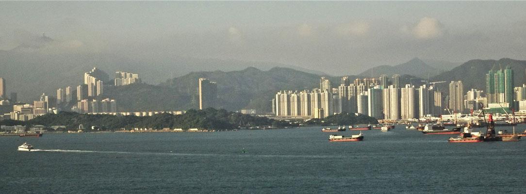Unser Ausblick vom Hotelzimmer auf Kowloon.....