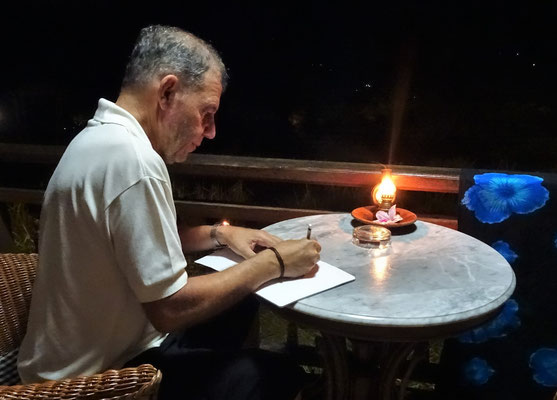 Ugo beim Reisebericht schreiben.