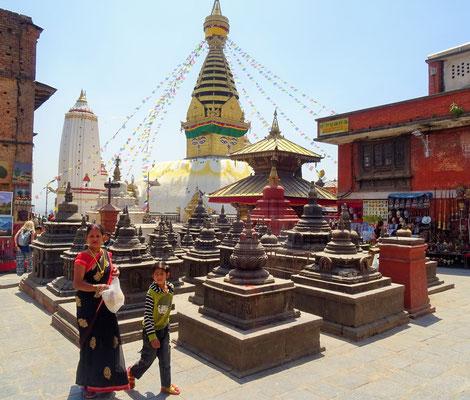Der Hauptplatz mit den Stupas.
