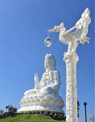 ......mit dem 100m hohen Buddha.
