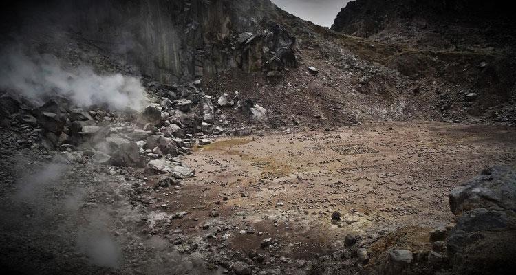 Der Blick auf den Kratergrund mit den Touri-Namen.