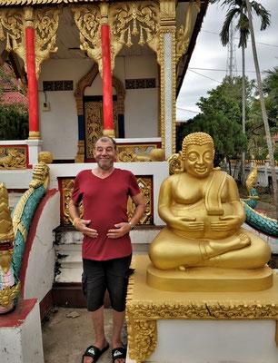 Da halten sich 2 Buddhas die vollen Bäuche.