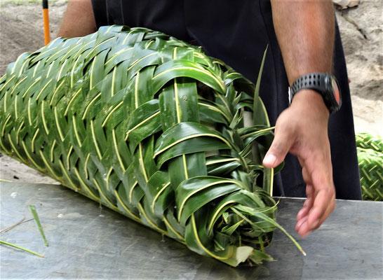 ....sind in Palmblätter eingepackt....