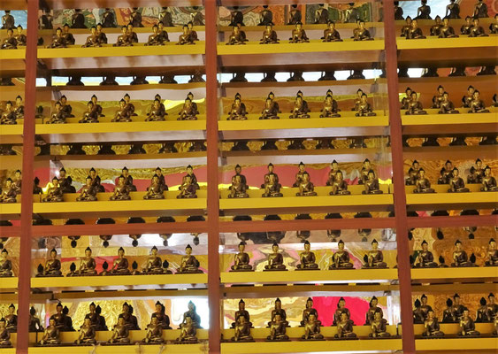 Einige der 120'000 kleinen Buddha Statuen.