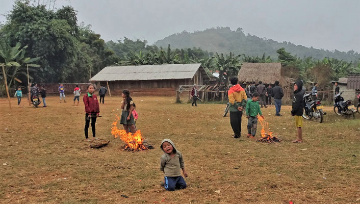 Wir besuchen ein Hmong Dorf.