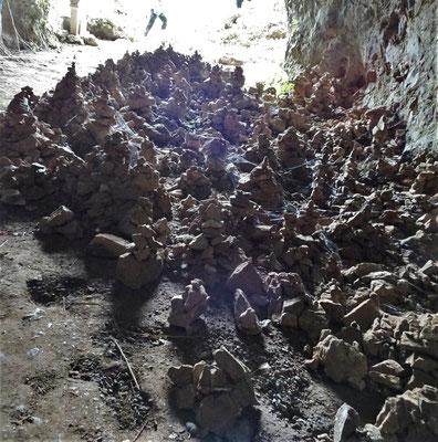 Steinmännchen im Eingangsbereich.