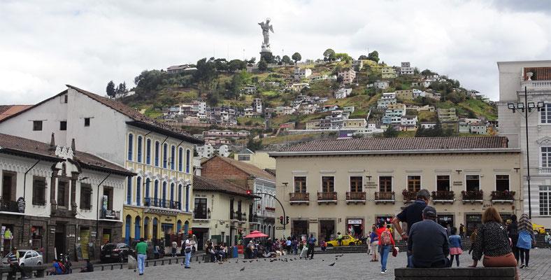 Die Panecillo Statue (45m hoch) im Hintergrund.