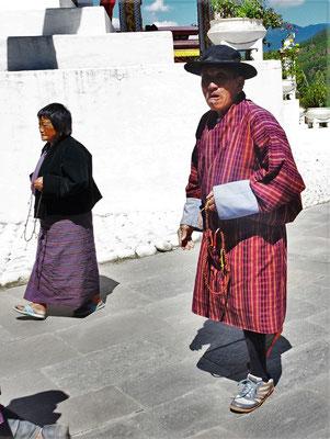 Eine Gebetsrunde um den Stupa.
