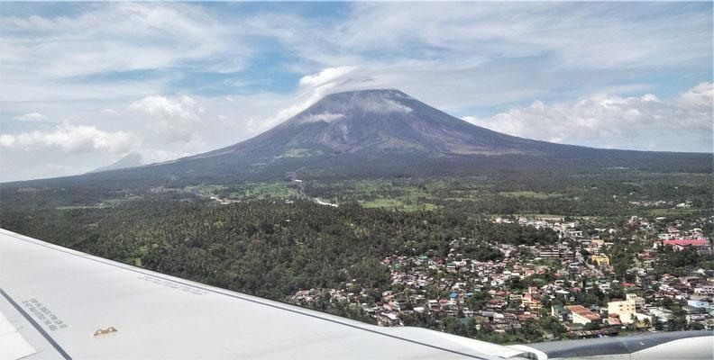 Der erste Blick auf den aktiven Vulkan Mayon.