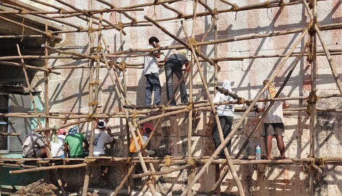 Indische Renovationsarbeiten (Reinigung der Steine vom Kalk)