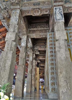Verzierte Säulen und.....