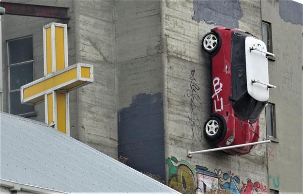 Selbst ein Mini klebt an der Fassade.