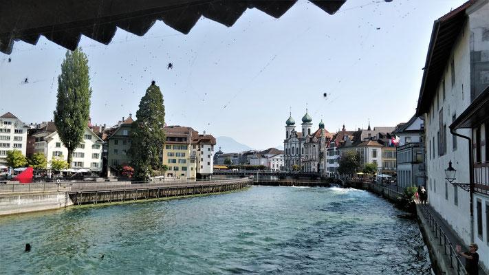 Die Reuss mit der Altstadt.....