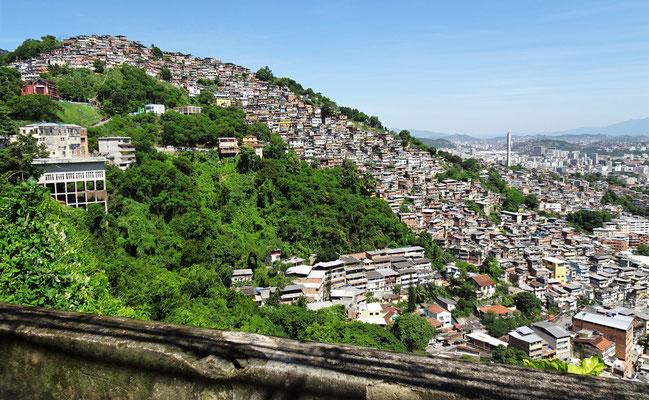 Eine Favela auf der anderen Seite.