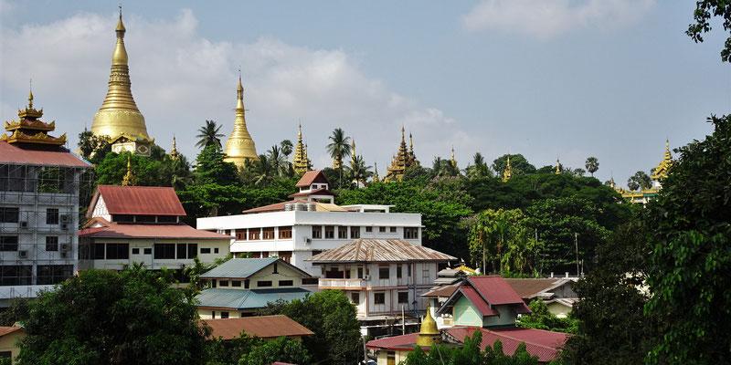...Blick auf die Shwedagone Pagoda.