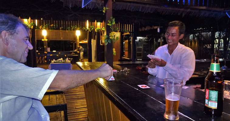 Der Barkeeper zeigte Kartentricks.
