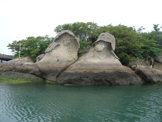 Felsformationen am Hafen.