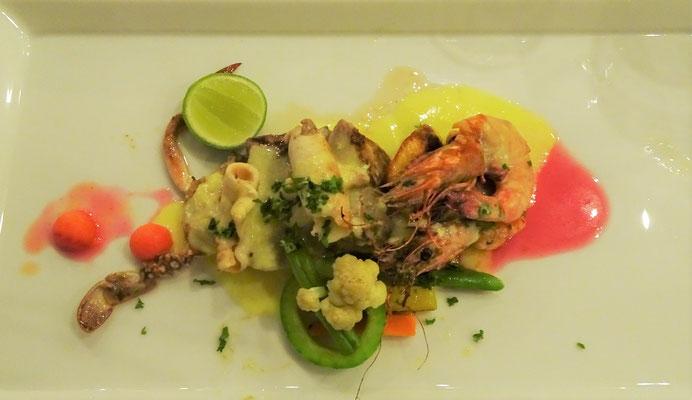 Meeresfrüchte mit Kartoffeln und Gemüse an Knoblauchbutter.