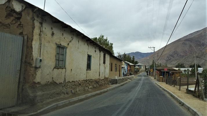 Kleine Dörfer entlang der einzigen Strasse.