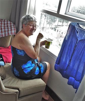 Nudelsuppe am Zimmerfenster.