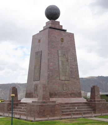 .....das Midad del Mundo Denkmal.