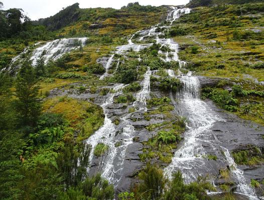 Eine Menge Wasser kam den Berg herunter.