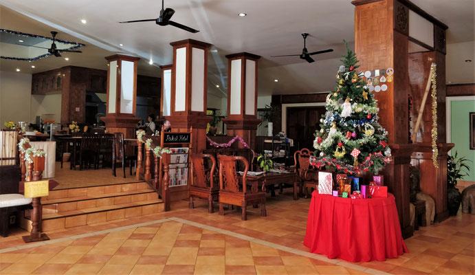 Das Foyer mit dem Weihnachtsbaum.