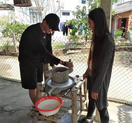 Da wird Reismehl für das Reispapier gemahlen.