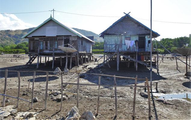 Die einfachen Fischerhütten auf Pfählen.
